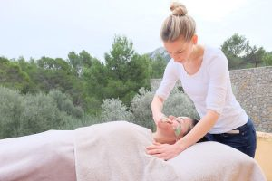 facial essentialoils sarah santa cruz pilates massage calm quiet tranquility beauty wellness mallorca peace inhouse aromatherapy acupuncture treatment holiday relax calm geheimtipp alternativ retreat eco organic plantbased secret local majorca sustainable individual yogaholidays