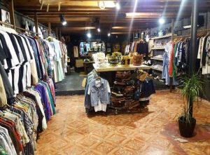 sustainable seattle vintage store shop indian palma secondhand us import 80ies 90ies alternativ reisen boho hippie lifestyle authentisch slowconsumption buylocal islandlife shoes souvenir sneakers jeans jewelry shirts inlocalwetrust made authentic intimate recommendation original withlove mediterranean mallorca small nachhaltig holiday geheimtipp alternative secret majorca goodies local