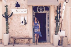 mimar kiki dreamcatcher stylist surf lifestyle boho hippie bohemian natural simple relaxed fashion santanyi baskets dutch brands beachbag fashiondesigner accessoires shoes bags totes pillows handmade fairtrade local sustainable beach house style interior decoration homefeeling finca casa einrichtung shop tipps inneneinrichtung dekoration deco interiordesign mallorca shop decoration handcrafted design fairtrade souvenir cala mallorca holiday sea