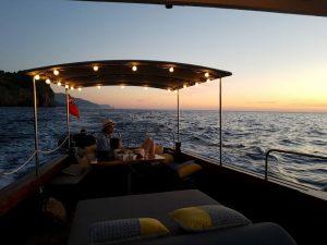 charter boot bei Sonnenuntergang auf Mallorca