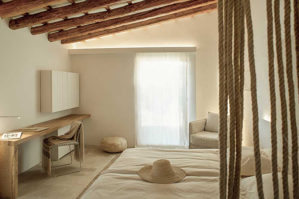 es.raco.de.arta.yoga.retreat.mallorca.healthy.sustainable.holiday.art.artist.artists.artisan.ceramics.finca.small.unique.art.hotel.design.ropes.white